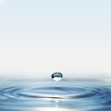 Wodna kropla w świetle słonecznym Zdjęcia Stock