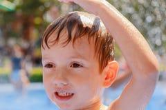 Wodna lata dziecka zabawy fontanna, pluśnięcia szczęście obrazy stock