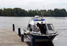 Wodna milicyjna łódź cumuje przy molem Obraz Stock