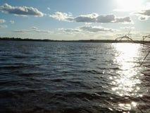 Wodna powierzchnia duży jezioro w wieczór obrazy royalty free