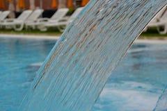 Wodna tęcza, basen, sztuczna siklawa, obraz stock