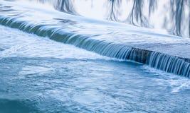 Wodna tekstury rzeka małe wodospadu Obrazy Stock