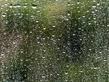 Wodne deszcz krople na nadokiennym szkle fotografia stock