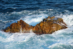 Wodne fala na skałach Fotografia Royalty Free