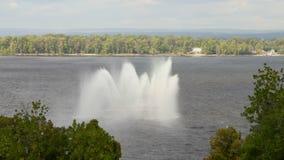 Wodne fontanny na pożarniczym statku Volga rzeka, Samara miasto, Rosja drzewo pola Materiał filmowy klamerka 4K zdjęcie wideo