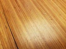 Wodne kropelki lub krople na brązu drewna stole obrazy royalty free