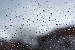 Wodne kropelki na dżdżystym okno zdjęcie stock