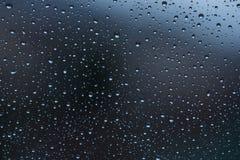 Wodne kropelki na dżdżystym okno fotografia royalty free