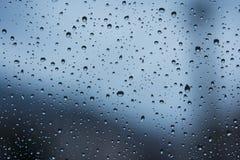 Wodne kropelki na dżdżystym okno fotografia stock