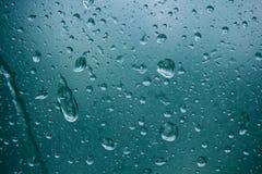 Wodne kropelki na półprzezroczystym, zaparowywającym szkle, Wiosna deszcz opuszcza na fogged okno zamkniętym w górę Zamazana t?o  obraz stock