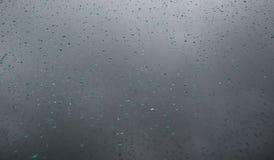 Wodne kropelki na szklanym okno po deszczu głębokość pola płytki obrazy royalty free
