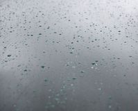 Wodne kropelki na szklanym okno po deszczu głębokość pola płytki zdjęcie royalty free