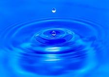 Wodne kropelki spada w błękitne wody Fotografia Royalty Free