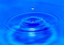 Wodne kropelki spada w błękitne wody Zdjęcie Royalty Free