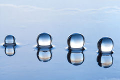 Wodne perły abstrakcjonistyczne z odbiciem na zmroku ukazują się Obrazy Stock