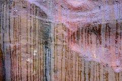 Wodne smugi na piaskowiec skały twarzy, abstrakta wzór fotografia stock