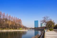 Wodnego basenu Osakajo inside park przyległy do Osaka kasztelu jeden najwięcej sławnych punktów zwrotnych Japonia obrazy stock