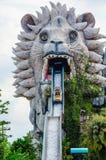 Wodnego flisactwa maszynowy bieg out od usta gigantyczna lew rzeźba przy Siam parka miastem, jest światowej klasy rozrywką Obrazy Royalty Free