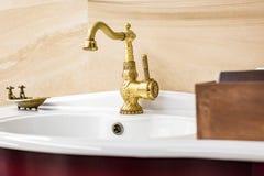 Wodnego klepnięcia zlew z faucet w rocznika chińskim stylu w drogiej loft łazience zdjęcie stock