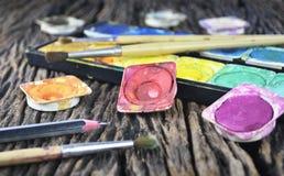 Wodnego koloru farby pudełko i farby muśnięcie Zdjęcie Royalty Free