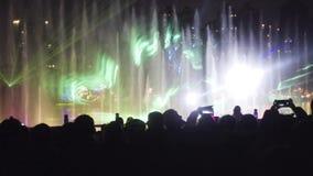 Wodnej fontanny światła przedstawienia Nighttime świętowania tłumu kontrast zbiory