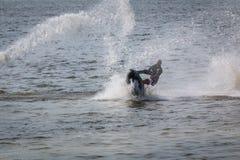 Wodnej narty strumień na jeziorze Obraz Royalty Free