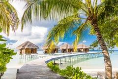 Wodni bungalowy z pięknym niebieskim niebem i morzem w Maldives Zdjęcia Royalty Free