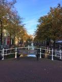 Wodni kanały lub ulicy Delft, Południowy Holandia obraz stock