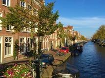 Wodni kanały lub ulicy Delft, Południowy Holandia obrazy stock