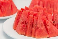 wodni melonów plasterki w naczyniu na bielu stole Fotografia Royalty Free