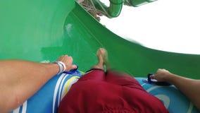 Wodni obruszenia pov Mężczyzna na nadmuchiwanym pierścionku iść puszek z wodnymi obruszeniami swobodny ruch zdjęcie wideo