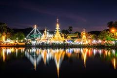 Wodni odbicia Wat Phra Ten Nhong Jong Kham świątynia fotografia stock