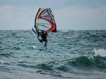 Wodni sporty: Windsurfing skacze z wody obraz royalty free