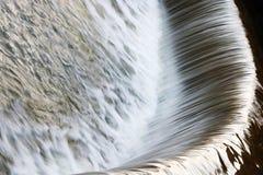 Wodni strumienie fontanny zakończenie Tło Strumienie woda w fontannie jako tło fotografia royalty free