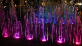 Wodni strumienie iluminujący z kolorowymi światłami w centrum miasta zbiory
