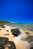 Wodny łamanie nad skałą przy morzem Zdjęcia Royalty Free