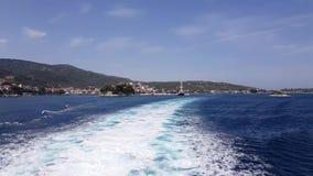Wodny ślad tworzył od ferryboat silników opuszcza wyspę zbiory