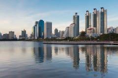 Wodny basen w Bangkok mieście z budynkiem biurowym zdjęcia royalty free