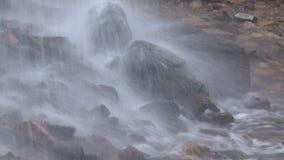 Wodny bicie na skałach zbiory