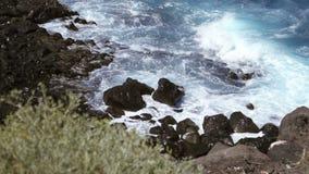 Wodny bicie na skalistym brzeg zdjęcie wideo