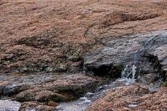 Wodny bieg nad skałami i żlobić przez czas obraz royalty free
