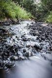 Wodny bieg przez skał Fotografia Royalty Free