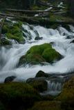 Wodny bieg wokoło skały obraz stock
