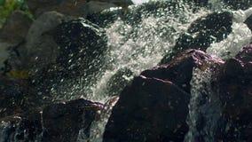 Wodny chełbotanie w zwolnionym tempie Zbliżenie siklawa w górze zbiory wideo
