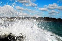 Wodny chełbotanie i chmury Zdjęcia Royalty Free