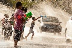 Wodny chełbotanie w Songkran festiwalu Obraz Stock