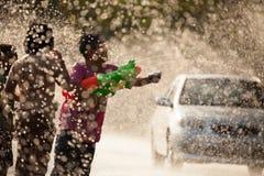 Wodny chełbotanie w Songkran festiwalu Fotografia Stock