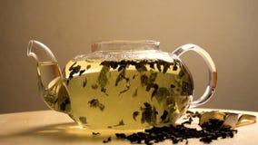 Wodny dolewanie w teapot z zieloną herbatą zdjęcie wideo