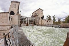 Wodny gulgotać przy bramy wysyłki kanałem Obrazy Royalty Free