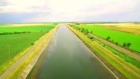 Wodny kanał między polami zielona i żółta banatka dla inkorporaci zbiory wideo